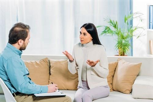 Therapeut und Klient unterhalten sich über die Rauchfrei-Hypnose