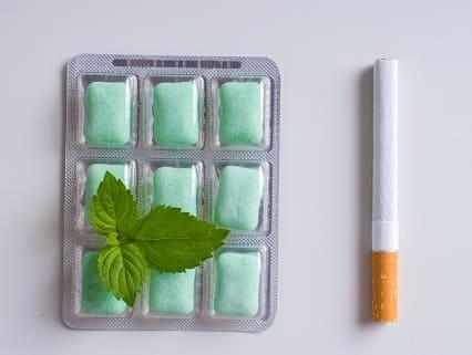 Nikotinkaugummi-Packung mit Minzeblatt obendrauf