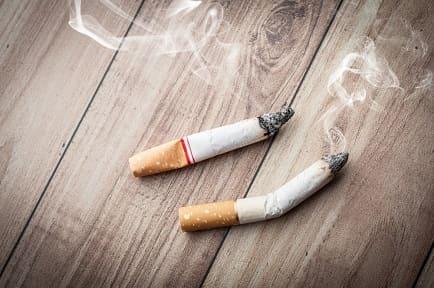 2 Zigaretten, die nicht ausgeraucht wurden - Technik, um Raucherfinger loswerden zu können