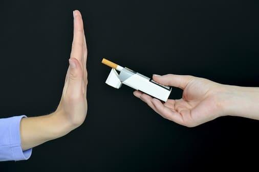 Frau lehnt Zigarette ab