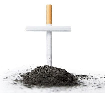 Ein Grab, bei dem das Kreuz aus Zigaretten und die Erde aus Asche besteht