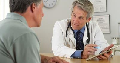 Patient möchte beim Arzt seinen Raucherhusten behandeln lassen