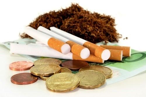 Zigarette und Tabak liegt neben Geld