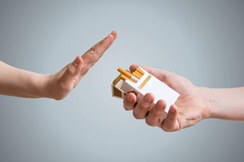 Frau lehnt in der schwierigsten Phase eine Zigarette von einem Kumpel ab