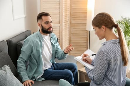 Mann informiert sich beim Therapeuten, ob man Nichtraucher durch Hypnose werden kann