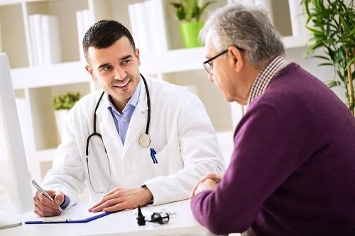 Mann hat ein Gespräch mit dem Arzt und will einen Nikotintest machen