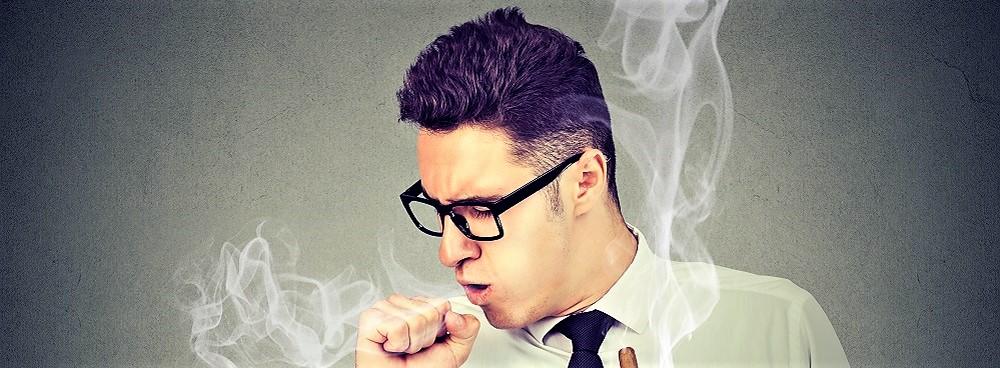 Mann hat einen Raucherhusten