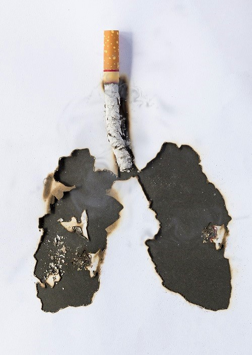 Zigarette verbrennt Blatt Papier, was aussieht wie schwarze Lunge