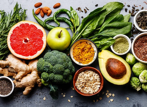 Allerlei gesunde Lebensmittel nebeneinander