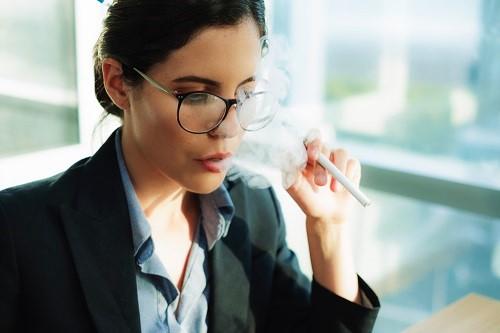 Frau konnte lange Zeit mit dem Rauchen aufhören, hat jedoch einen Rückfall und raucht wieder
