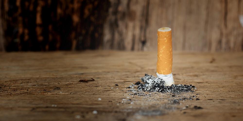 Eine Zigarette ist frisch ausgedrückt worden