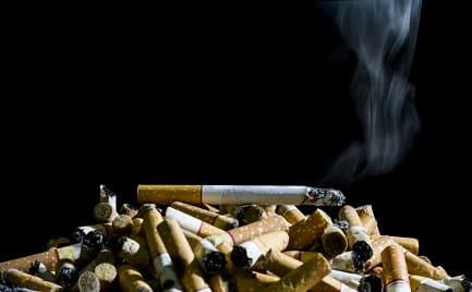 Rauch einer Zigarette steigt auf