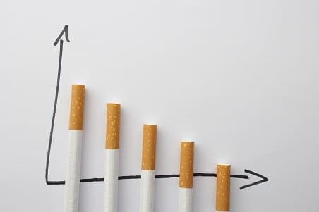Zigaretten bilden Säulen auf einem Funktions-Verlauf, wobei die Länge immer mehr abnimmt