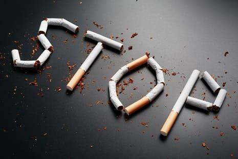 """Zigaretten wurden beieinander gelegt und ergeben das Wort """"Stop"""""""