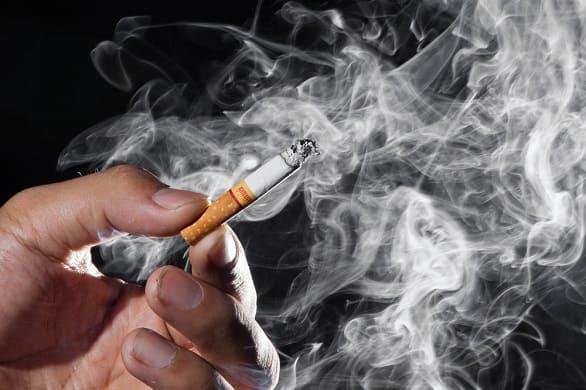 Zigarettenqualm steigt auf und macht das Reinigen Raucherfinger unmöglich
