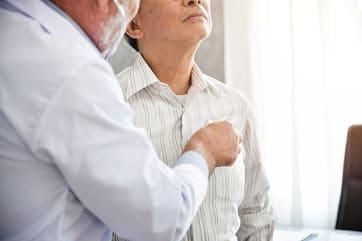 Arzt hört beim Patienten die Lunge mit einem Stethoskop ab, ehe er eine passende Therapie einleitet