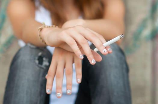 Frau macht eine Zigarettenpause zur Entspannung