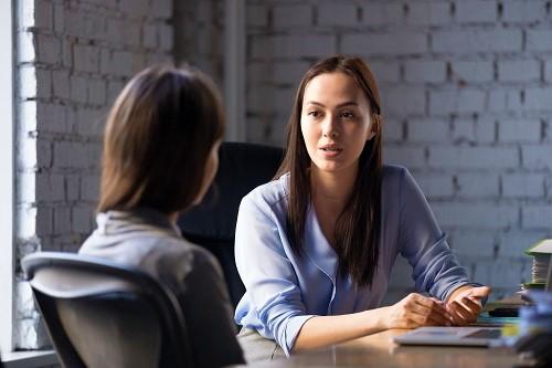 Frau ist zu einer Expertin gegangen und holt sich Tipps und Tricks, um mit dem Rauchen aufzuhören