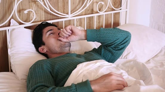 Mann erleidet die typischen Raucherhusten-Symptome