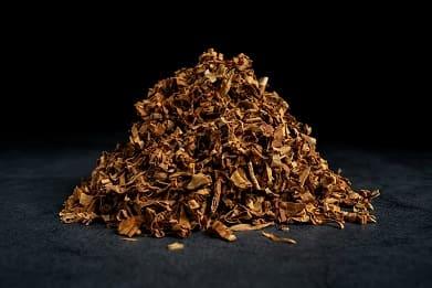 Grobgeschnittener Tabak als kleiner Haufen