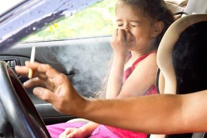 Passivrauchen schadet Kind im Auto - Vater raucht