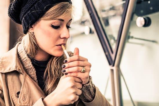 Frau hat keine gute Erfahrung mit der Nichtraucherspritze gemacht und zündet eine Zigarette an