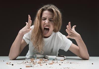 Frau ist von Kräuterzigaretten angewidert