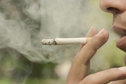Mann hatte einen Rückfall und raucht danach wie früher auch