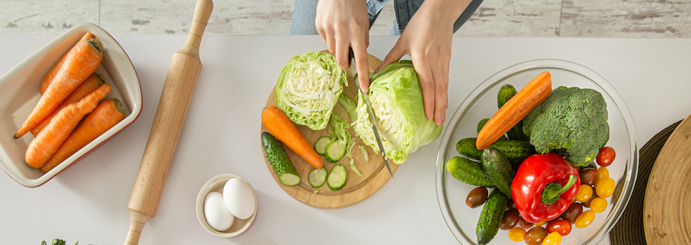 junge frau beim Kochen gesunder ernährungsplan mit frischen lebensmitteln