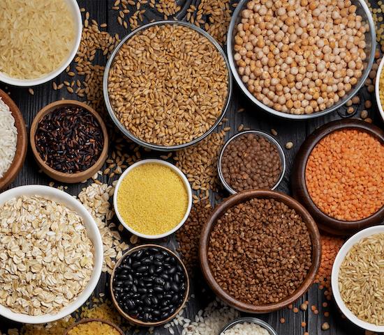 verschiedene Hülsenfrüchte zur veranschaulichung von eisenhaltigen lebensmitteln