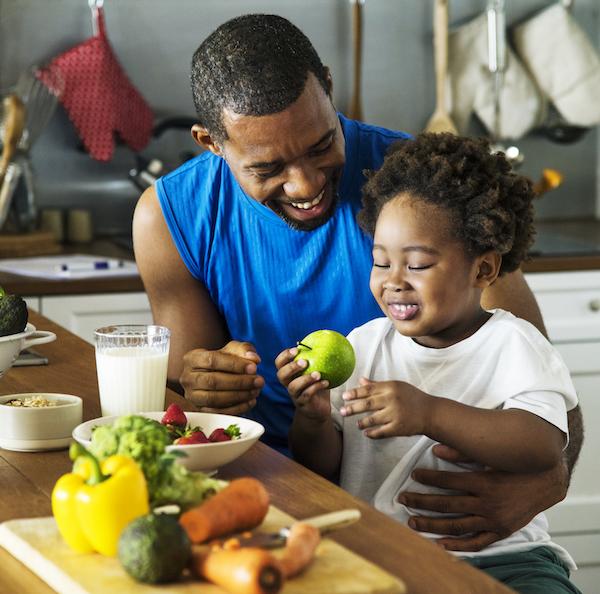 vater und sohn kochen zusammen gesunde ernährung für Kinder