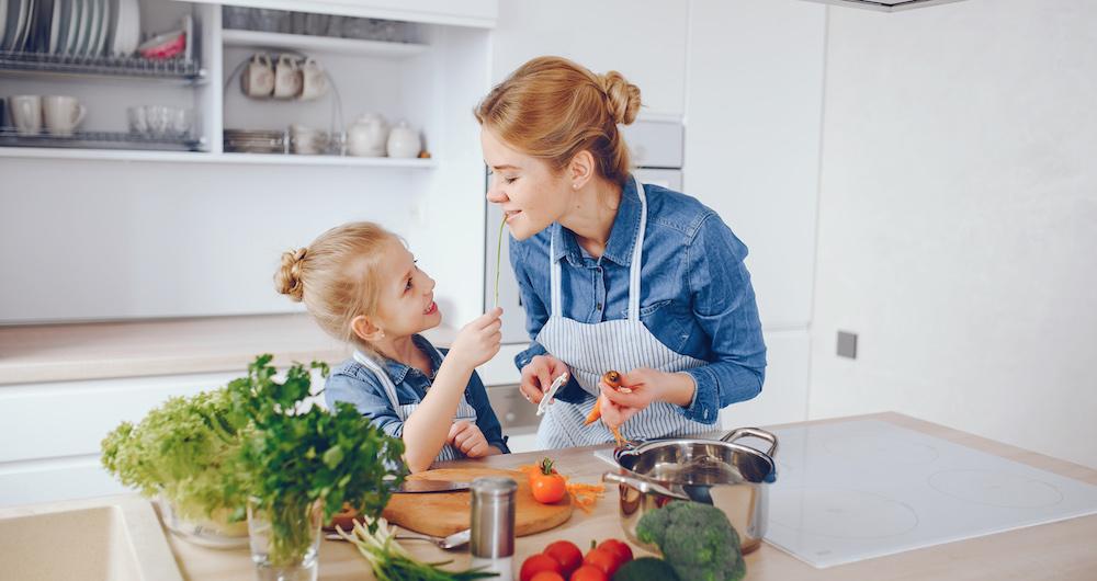 mutter und tocher kochen gesundes essen für kinder