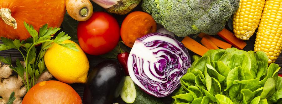 frisches Gemüse ohne Kohlenhydrate draufsicht
