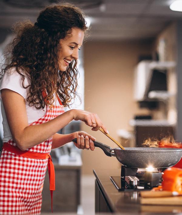 frau beim kocht gesunndes essen mit ernährungsplan