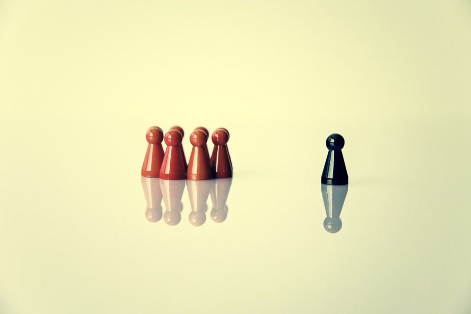 Eine Gruppe und ein sozial ausgegrenzter