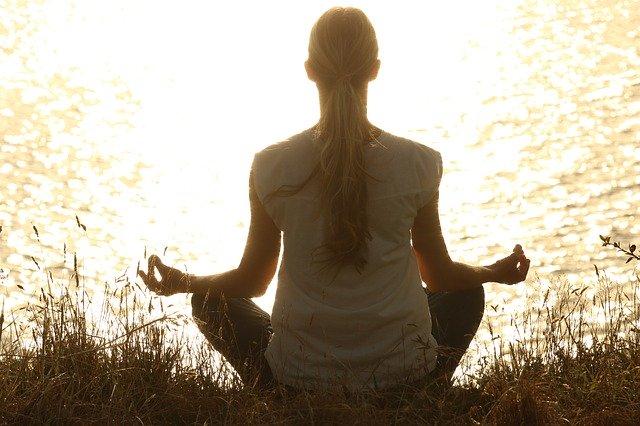 Meditations Frau am See