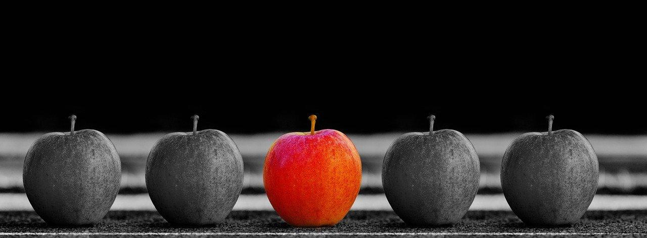 Apfel sticht aus der Masse hervor