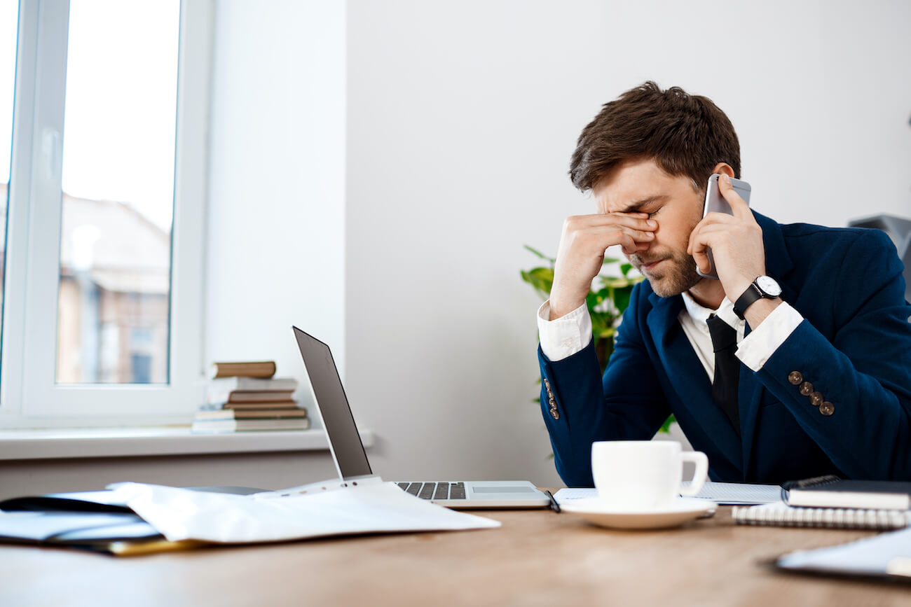 Mann ist depressiv am Telefon