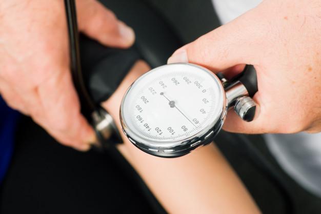 Blutdruckmessung vom Arzt