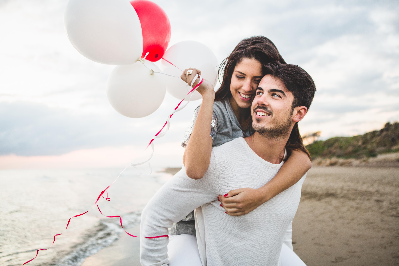 glückliches Paar mit rotem Ballon