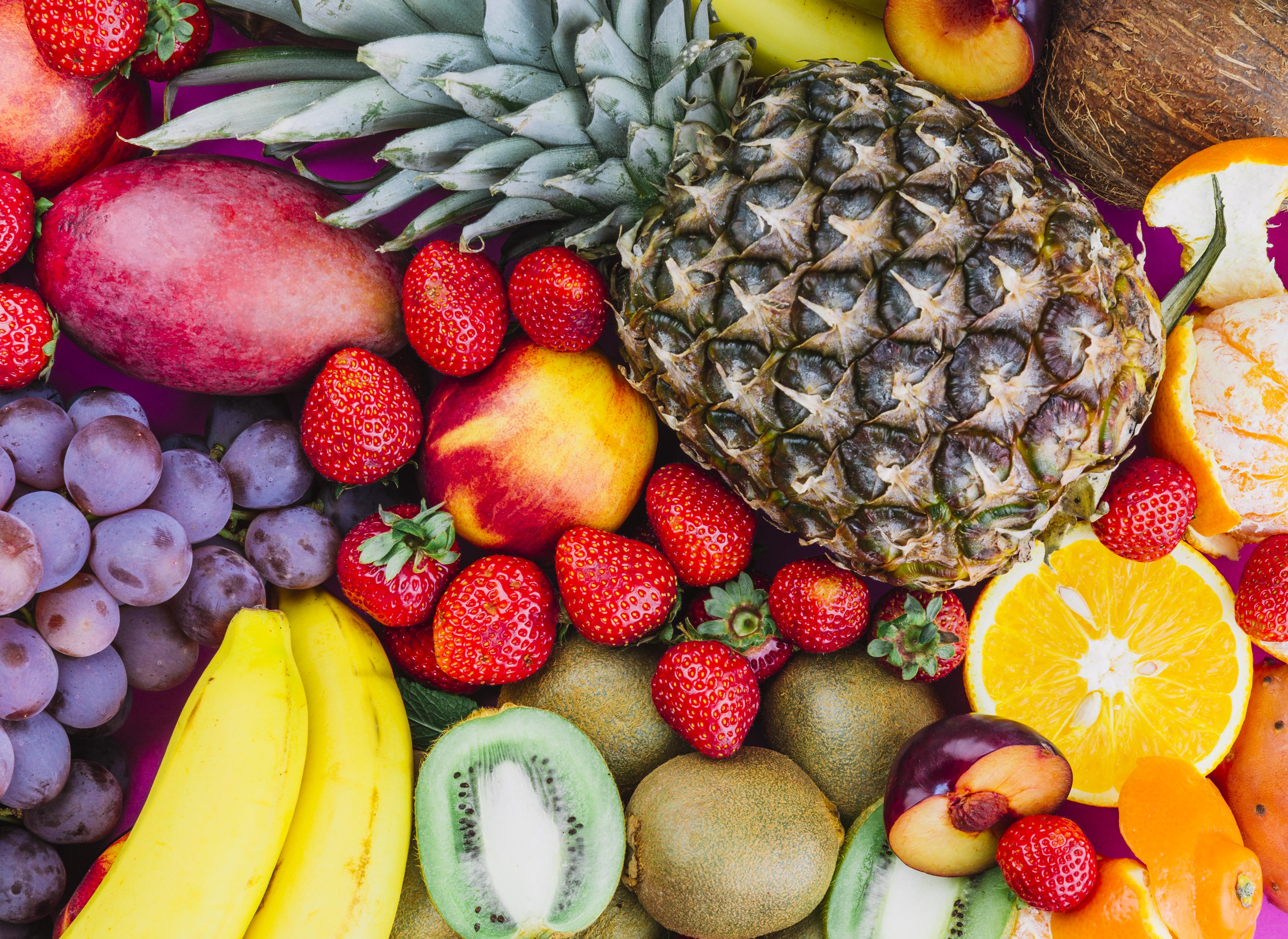 Obst Erdbeeren Kiwi Ananas Trauben Bananen Orangen