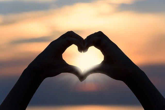 geformtes Herz mit Händen emotionale Abhängigkeit