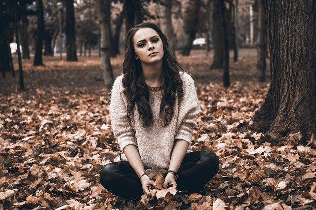 Frau mit Herzschmerz im Wald