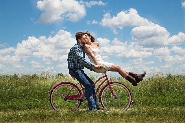 Liebespaar Vertrauen auf Fahrrad