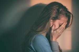 Weinende Frau wegen Verlustangst