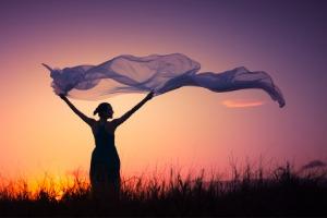Frau im Sonnenuntergang mit Verlustangst