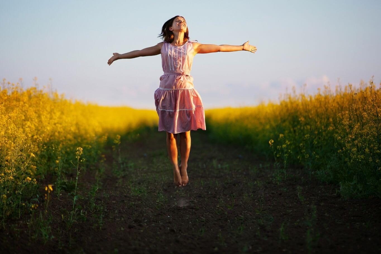 Frauf auf Feld - Lebensfreude