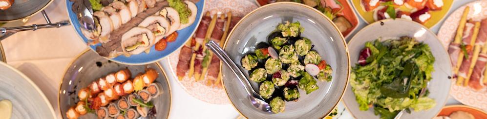 festlich-gedeckter-tisch-mit-hellen-snacks und gesundem Essen