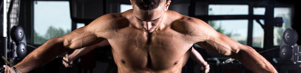 Junge-bodybuilder-mit-fitnessgeraeten