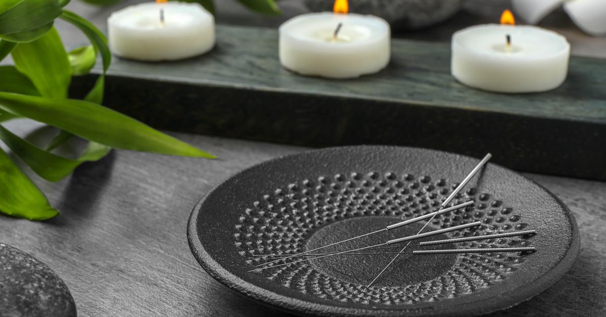 Platte mit Akupunktur-Nadeln auf dem Tisch